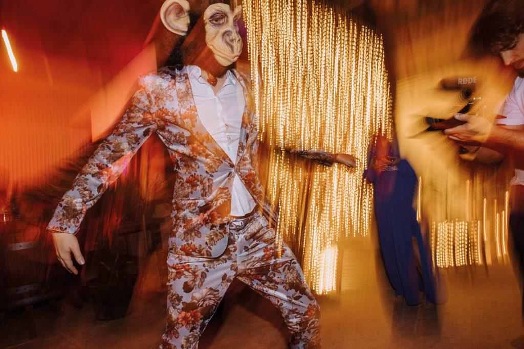 el mono con sombrero